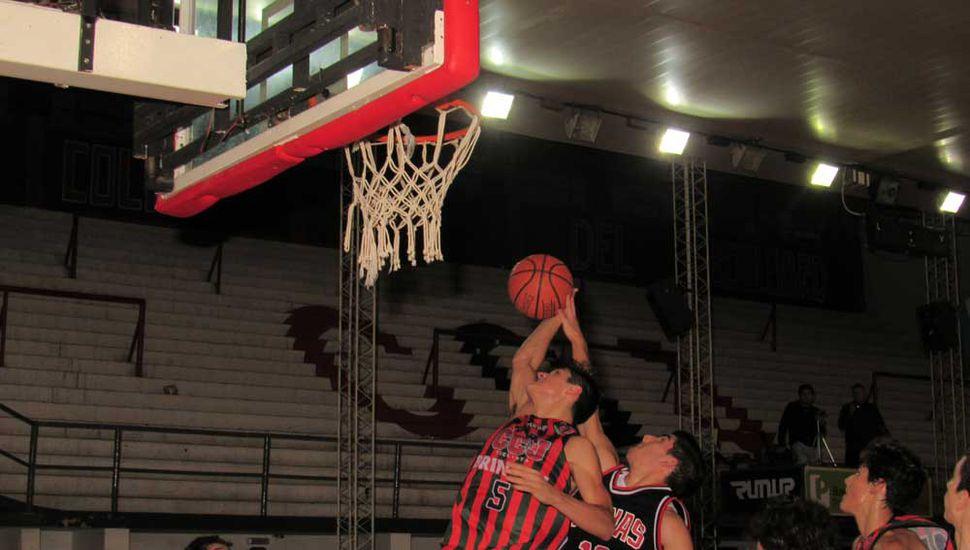 Lisandro López intenta bloquear el lanzamiento de Tobías Franchela.