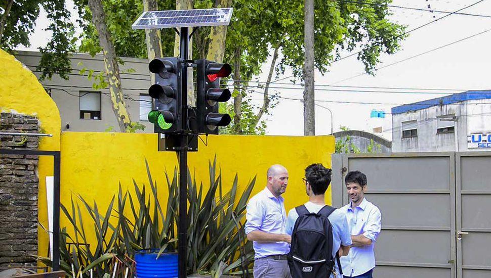 Estudiantes construyeron un semáforo solar