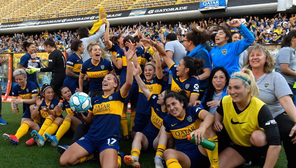 Las jugadoras de Boca festejan tras golear 5 a 0 a River, en el primer clásico de fútbol femenino profesional.