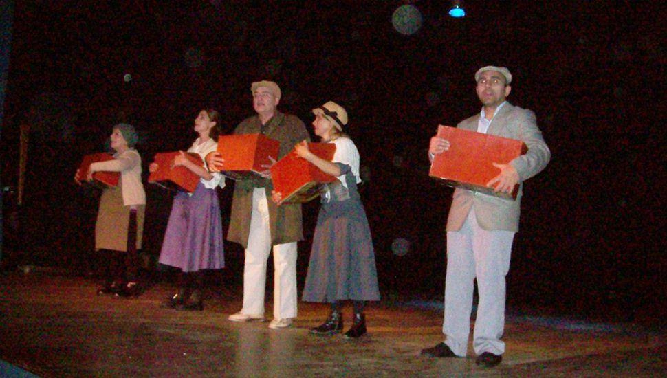 """Sergio Papay (derecha), Andrea Villegas, Eduardo Petralía, Virginia Paulucci y Alicia Díz (izquierda) ofreciendo """"Poblando recuerdos"""", sobre el escenario del Centro Cultural de General Pinto."""