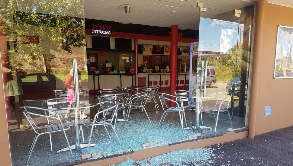 Tras romper la vidriera, un hombre robó en Tu Cine y fue aprehendido