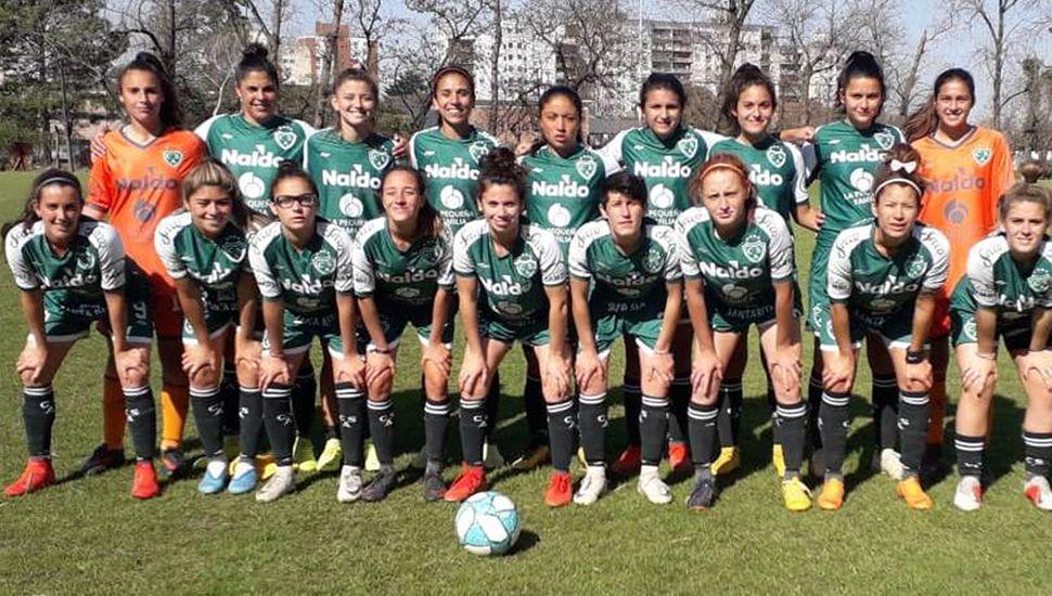 Plantel que presentó el equipo de fútbol femenino de Sarmiento de Junín en el triunfo 3 a 2 ante Atlanta.
