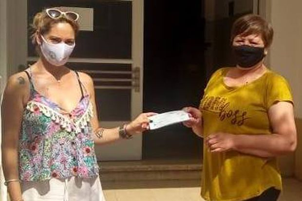 Le entregan a María Cristina Santos de Lugones el tercer premio.