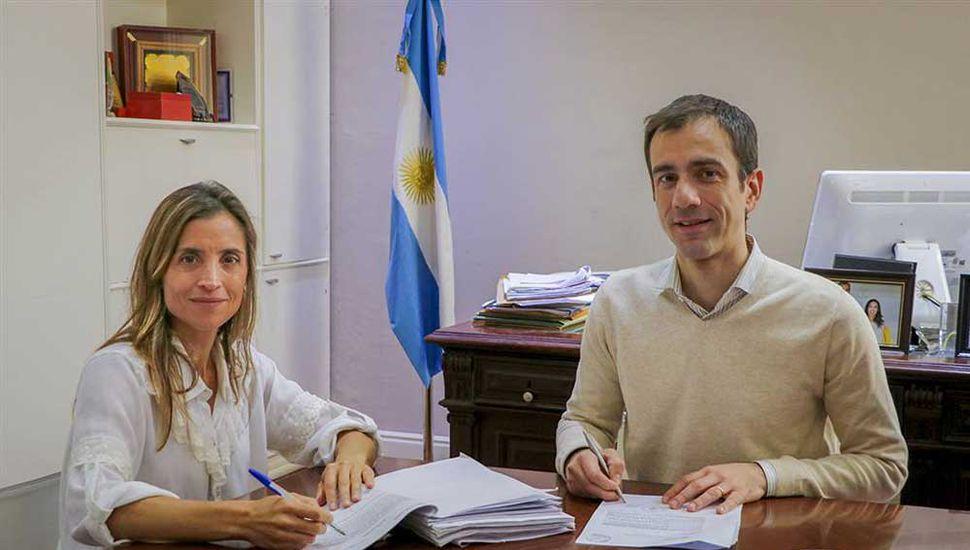 El intendente Pablo Petrecca, junto a la secretaria de Gobierno, Agustina De Miguel.