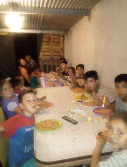 Varios chicos acuden al comedor.