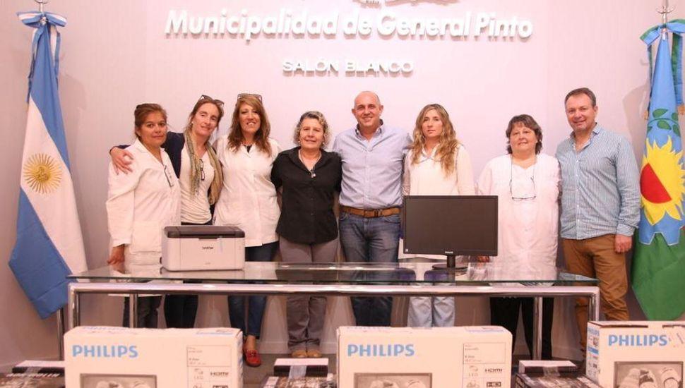 El intendente Alexis Guerrera y el titular del Consejo Escolar, Gabriel Felipe López, al entregar los equipos informáticos a personal directivo y docente de tres establecimientos educacionales.