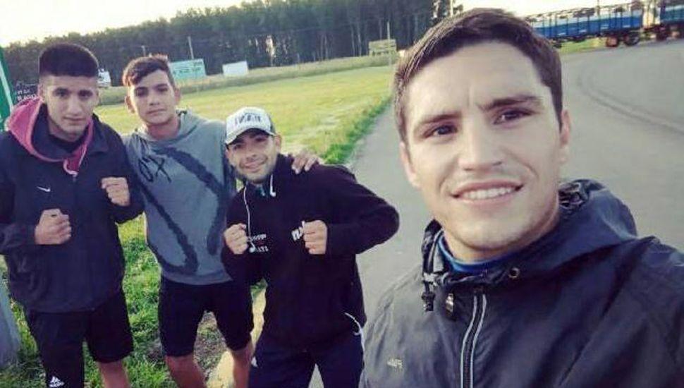 Sánchez (derecha), a Sosa y otros dos pugilistas que los acompañaron en el cierre del trabajo para las peleas del sábado.