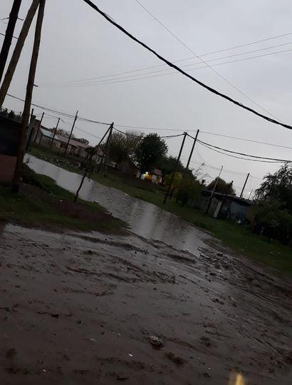 Una intensa lluvia generó anegamientos  en calles y viviendas de nuestra ciudad