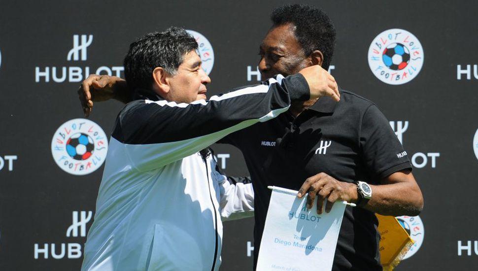 Pelé le deseó una pronta mejoría a Diego Maradona