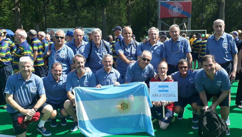 Oscar Carvia junto al resto de los jugadores máster de hockey de la Argentina.