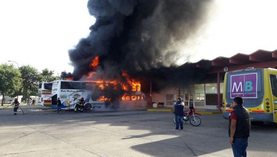 Habría sido intencional: se incendiaron dos micros en la Terminal de Bragado