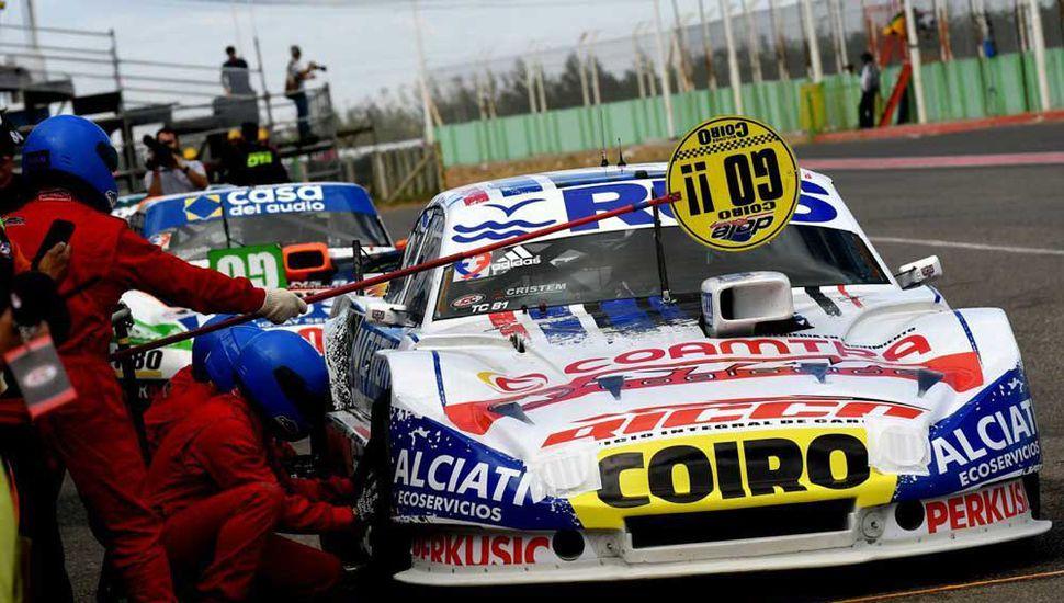 Federico Pérez y su equipo trabajando en boxes. El