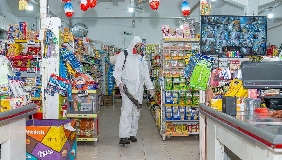 Realizan trabajos de desinfección  en espacios públicos y comercios habilitados.