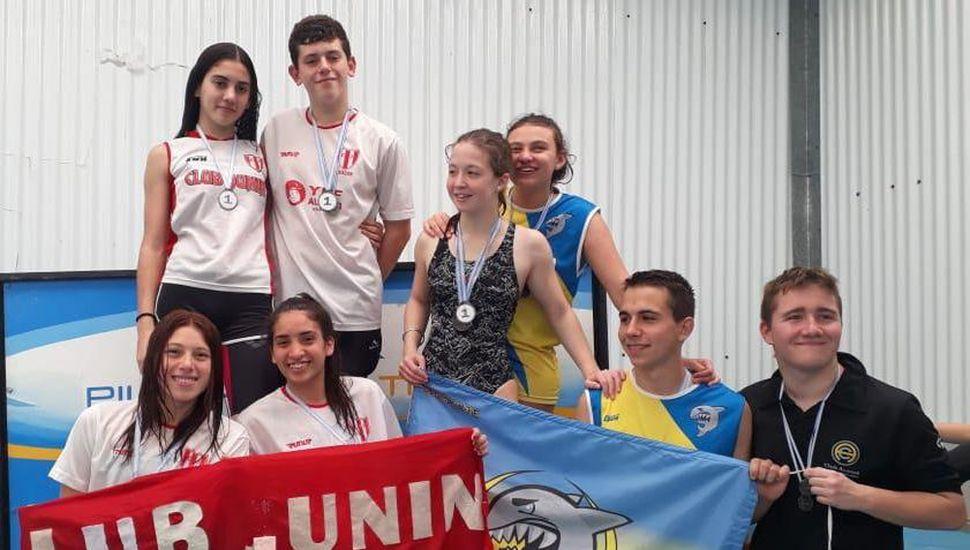Posta mixta del Club Junín (izquierda) comparte la ceremonia de premiación.