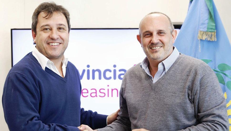 El intendente del Partido de General Pinto, Alexis Raúl Guerrera, junto al gerente general de Provincia Leasing, Nicolás Franchini, posan al finalizar la firma de convenios.