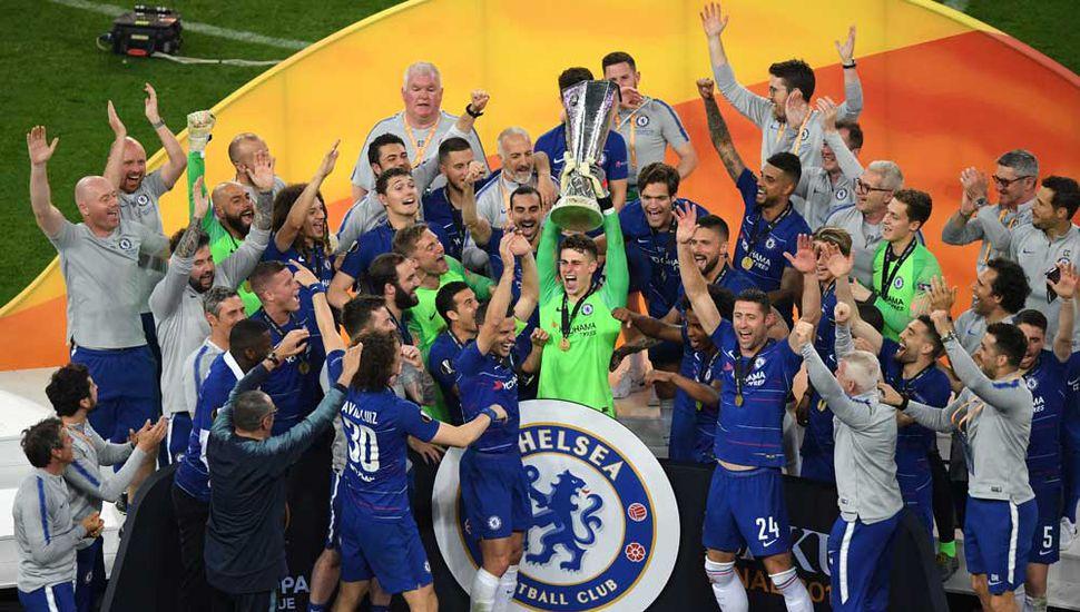 Jugadores, cuerpo técnico y colaboradores del Chelsea festejan el título en Bakú.