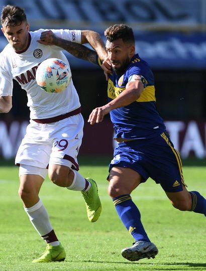 Carlos Tevez quiere escapar a la marca de Nicolás Thaller (Lanús).