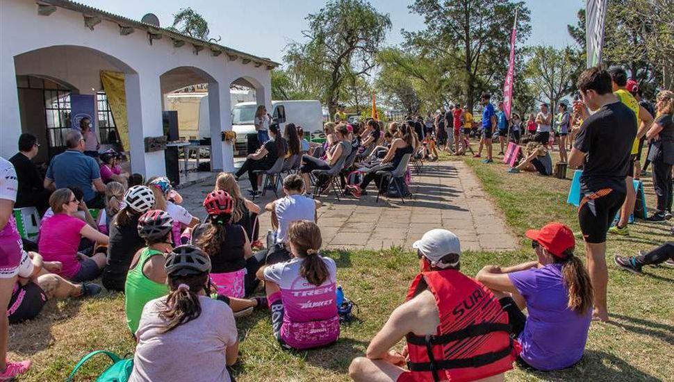 Deportistas reunidos escuchan a Alejandra Lucino, durante una de las actividades de la Jornada Multisports.
