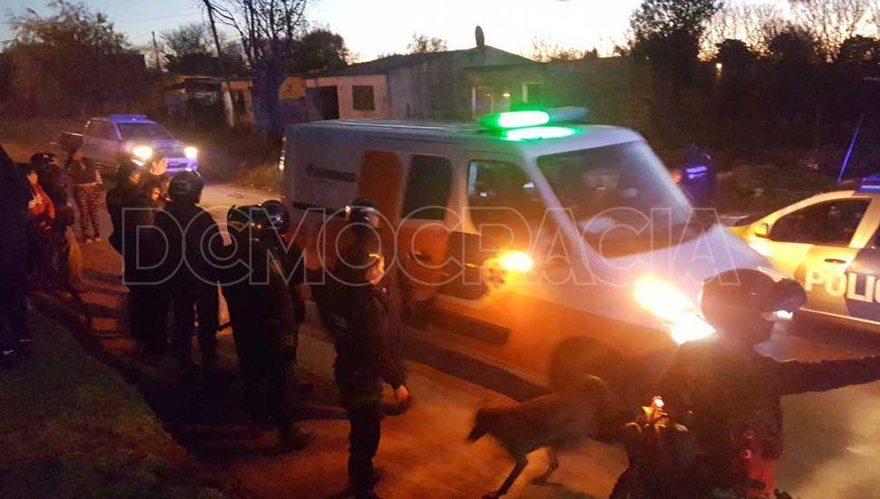 El joven herido de bala ayer fue trasladado al HIGA en una ambulancia.