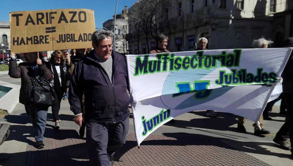 Marcha de jubilados y pensionados en la plaza principal de Junín.
