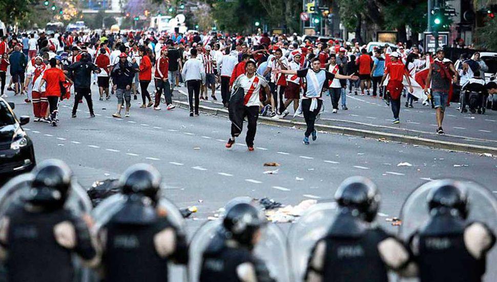 La Justicia comprobó que la Policía retiró los grupos de combate 15 minutos antes que el micro de Boca arribara a la zona del estadio