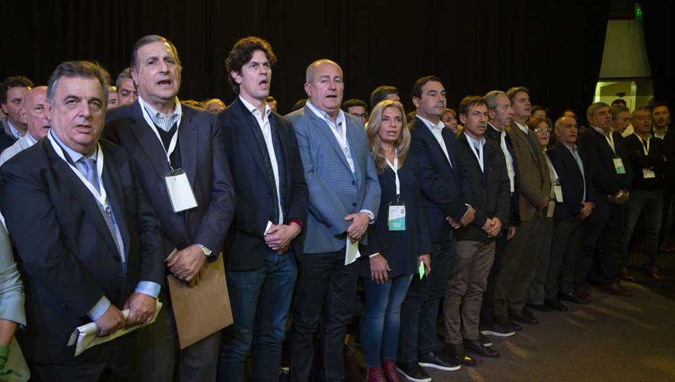 El Himno Nacional, en la reunión de ayer de los radicales.