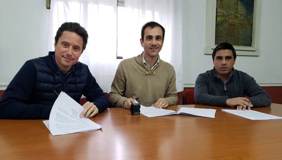 Sánchez Zinny, Petrecca y Rosa, en la firma del acuerdo.