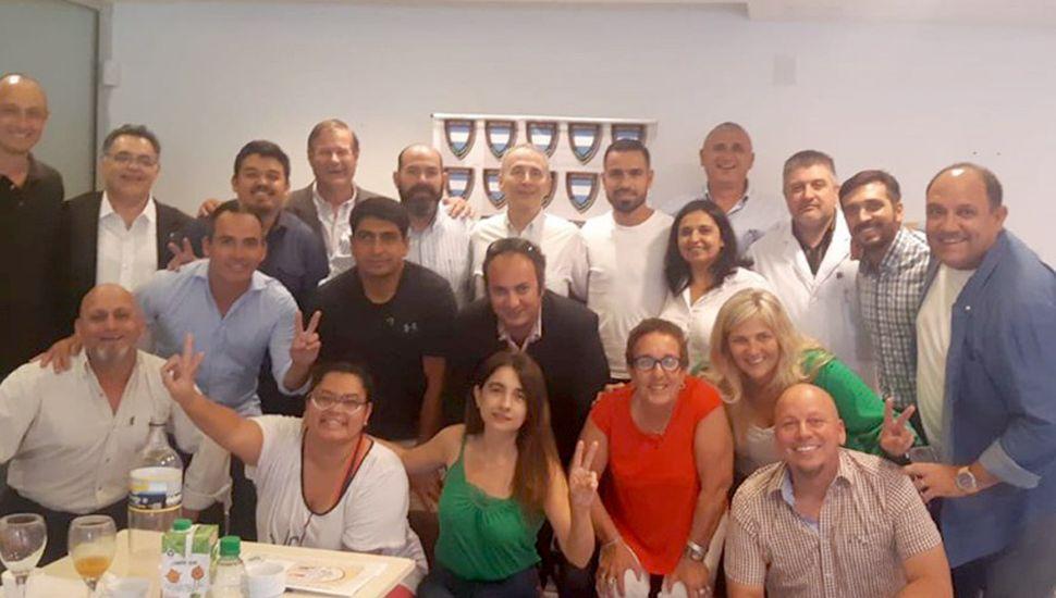 La doctora Marisa Fauez (abajo, segunda desde la derecha) y participantes de la reciente reunión del Consejo Argentino de Deporte Social.