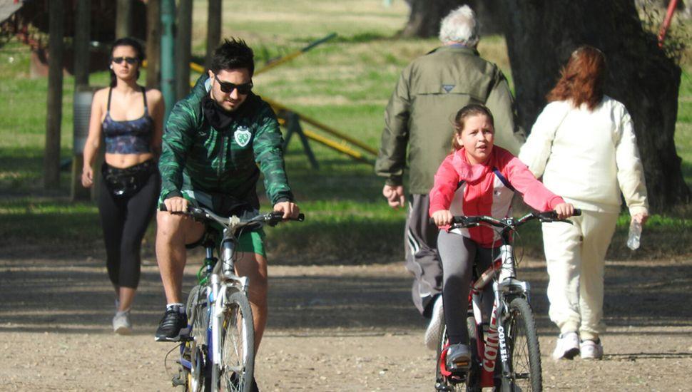 Gente andando en bicicleta