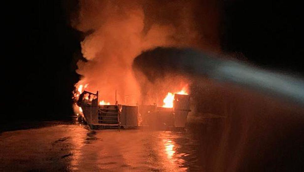 Se incendió un barco de buceo:  8 muertos y 26 desaparecidos