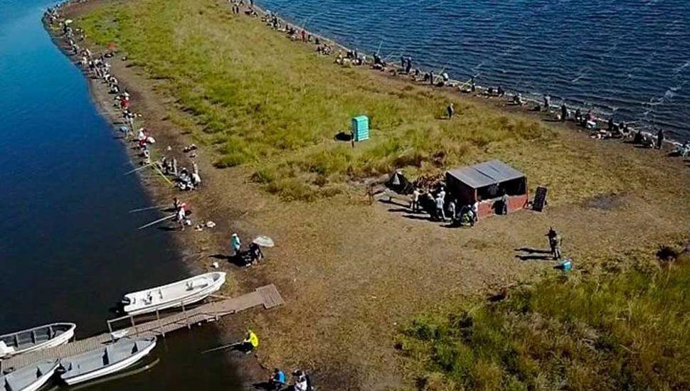 """Vista aérea de la isla donde se concretó el concurso de pesca, en """"La Salada""""."""