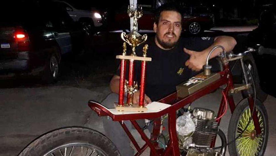 """Lucas Andrés Doyle con uno de los trofeos que cosechó en las """"picadas""""."""