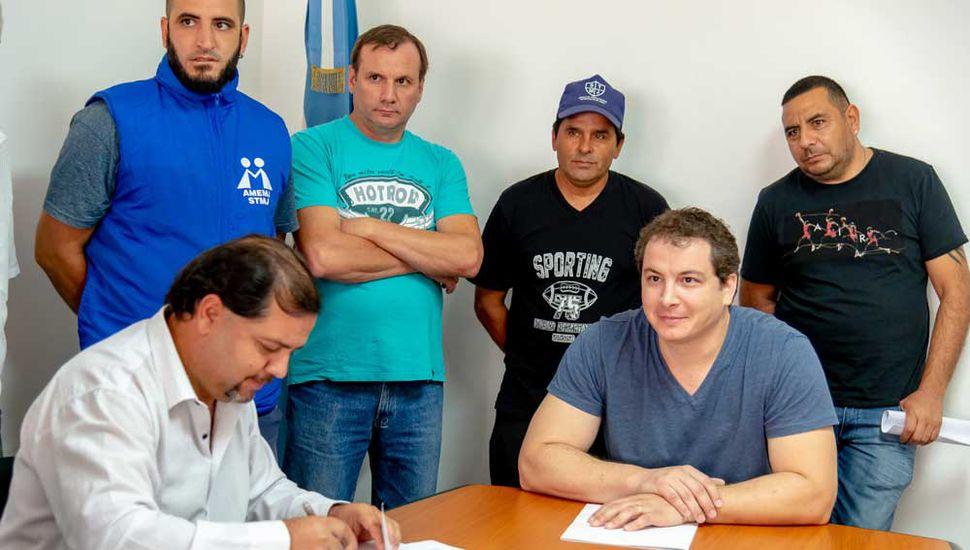 Gabriel Saudan firmando el acuerdo.