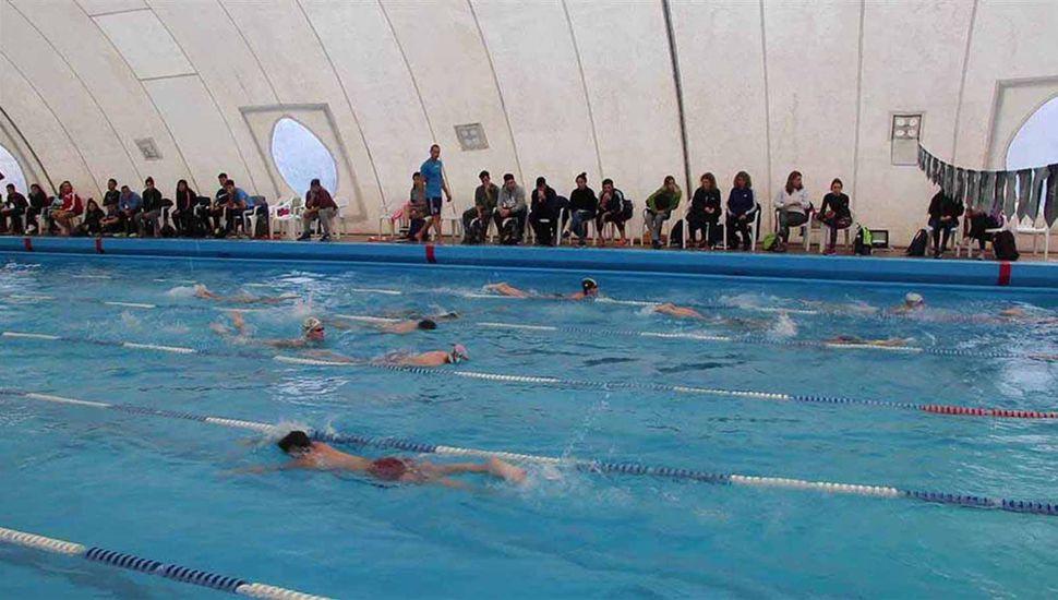 La clínica sobre la enseñanza y entrenamiento de la técnica en natación se realizó en la pileta climatizada del Club Junín.