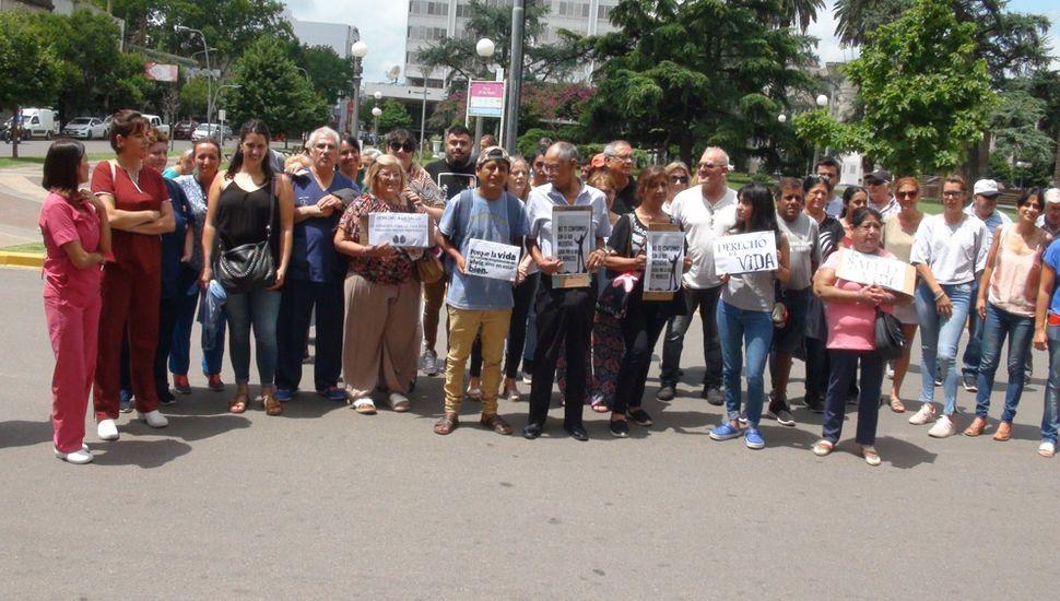 Personas que reclamaron frente al Municipio.