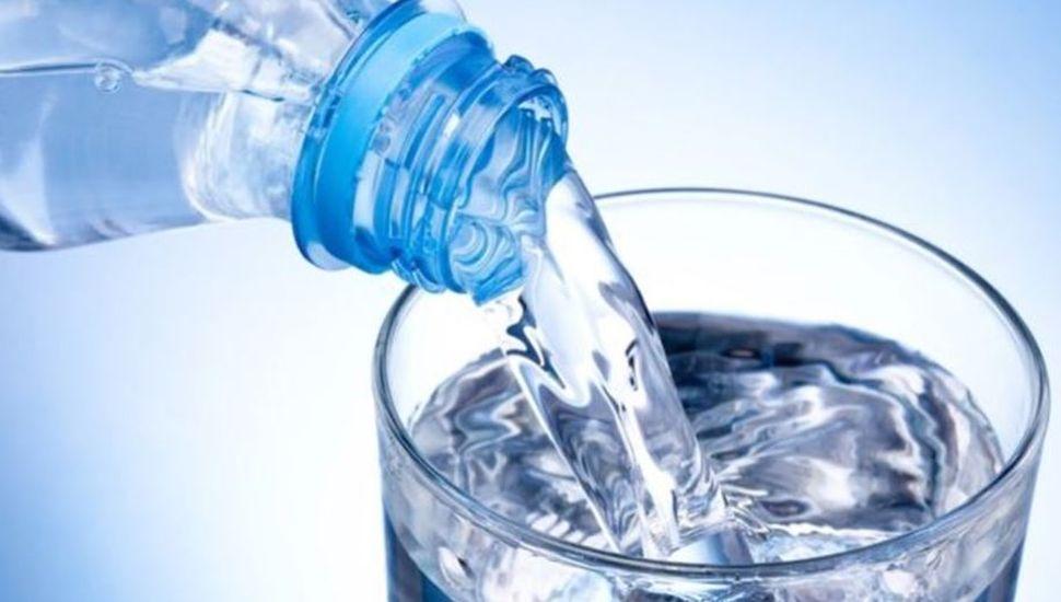 Prohíben un agua de mesa envasada que contiene una bacteria: no apta para consumo
