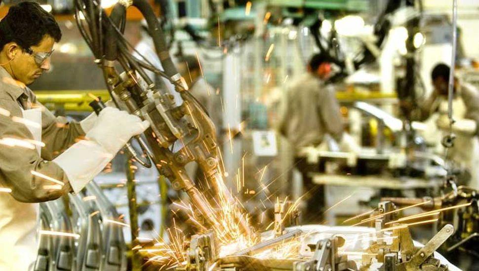 La economía cayó un 0,9% en abril, tras 13 meses de subas