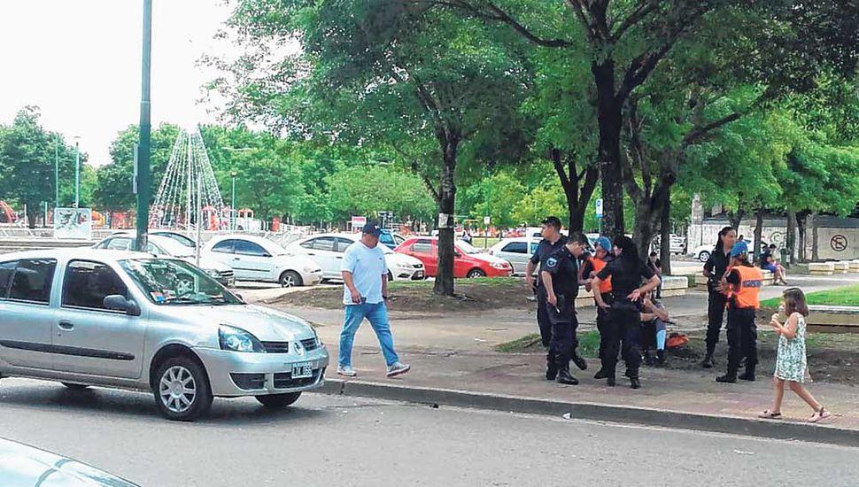 El auto quedó detenido sobre la senda peatonal.
