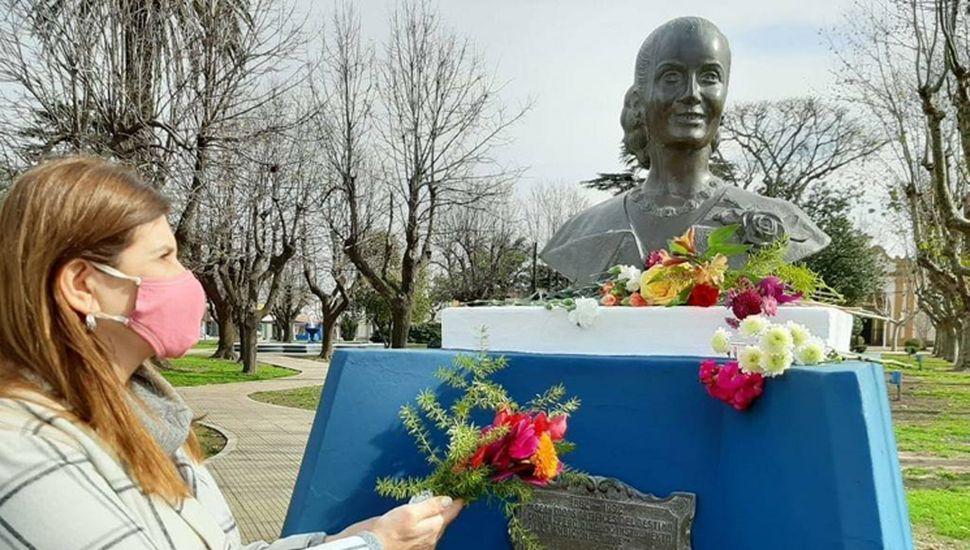La diputada Viviana Guzzo frente al busto de Eva.