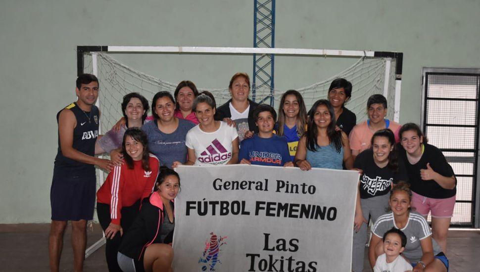 """Plantel de """"Las Tokitas"""" que participó del campeonato de fútbol 7 femenino en Parera."""