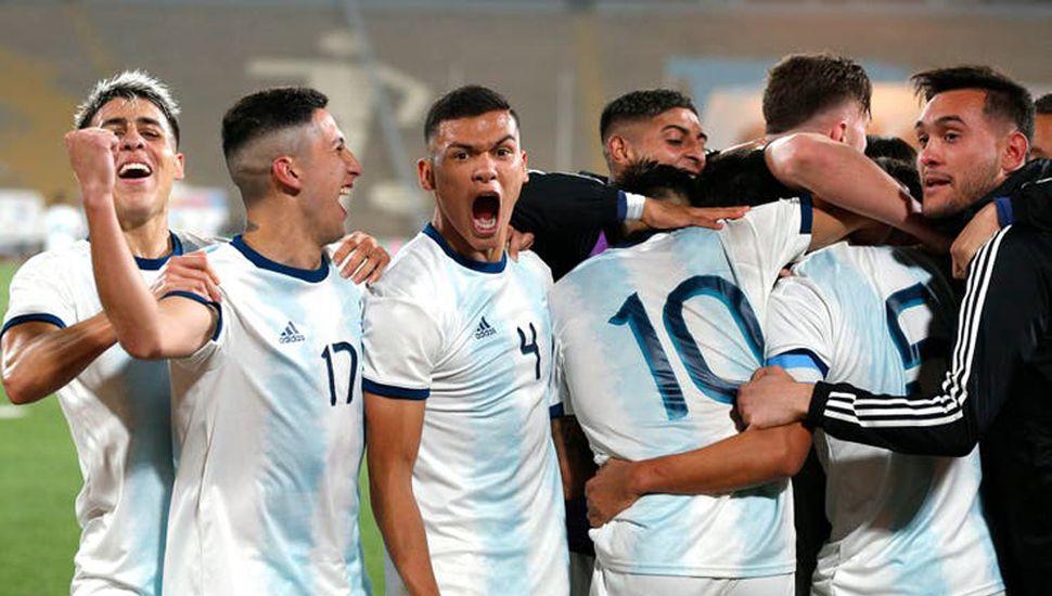 El festejo de los jugadores de fútbol de la Argentina, tras golear 4 a 1 a Honduras en la final y lograr la medalla de oro.