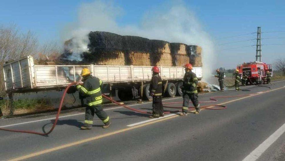 El camión tomó fuego a la altura del kilómetro 214 de la Ruta Nacional 7 y debieron sofocarlo bomberos voluntarios de Chacabuco.