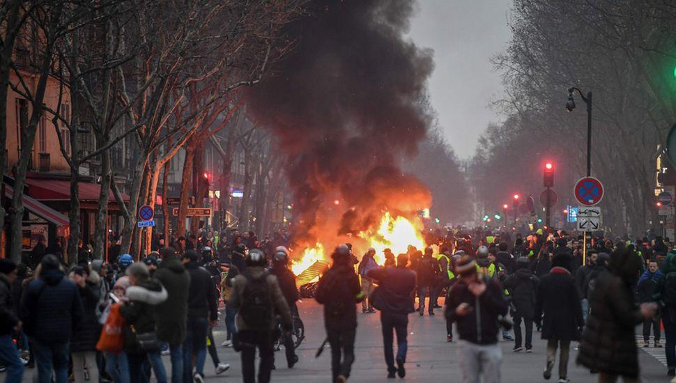 La policía intentó contener a los manifestantes, que quemaron barricadas en el centro de París.