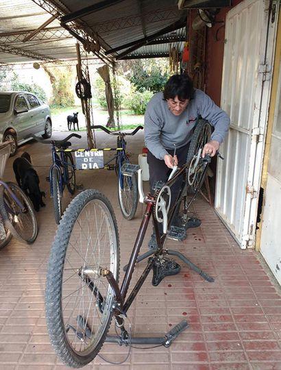 Darío tiene el taller en su casa y repara las bicicletas a la hora de la siesta.