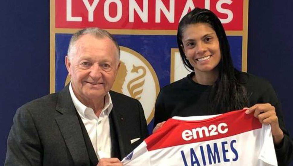 Soledad Jaimes jugará en el Lyon de Francia y posa con el presidente y la camiseta Nº 25.