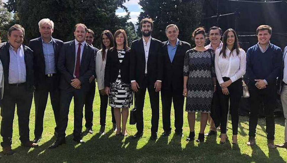 """La pintense Daiana García Farotto (segunda dama desde la derecha) junto a otros precandidatos de Cambiemos denominados  """"Sin tierra"""", en la quinta de Olivos."""