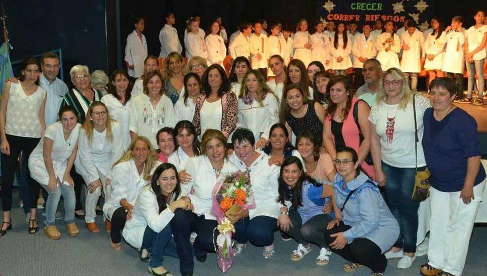 La directora Marcela Burgos fue despedida por docentes y comunidad educativa, al jubilarse.