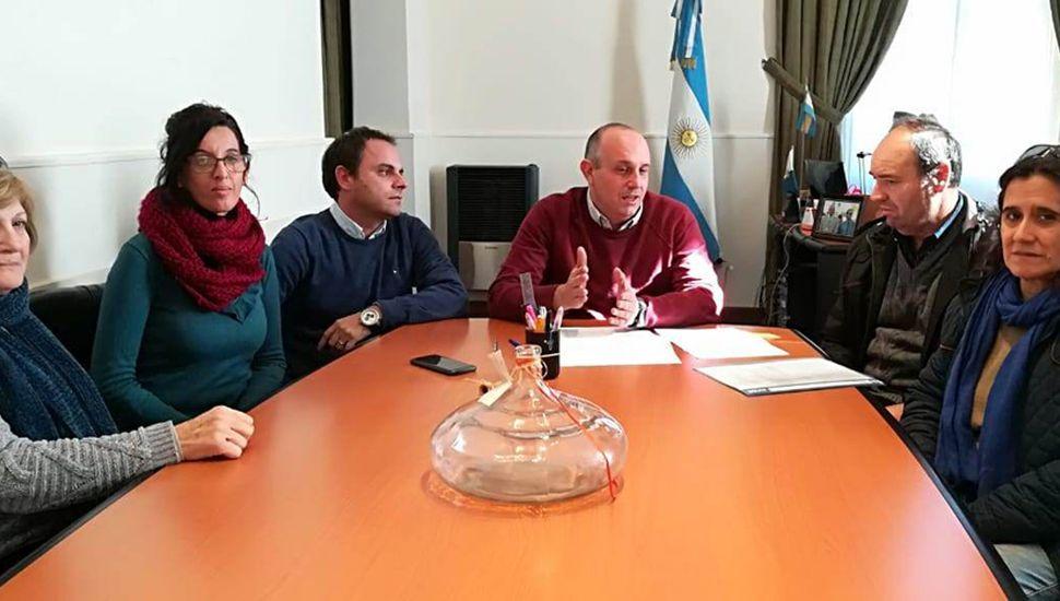La reunión del jefe comunal, el secretario de Gobierno y la directora de Cultura con los dirigentes de la Sociedad Española.
