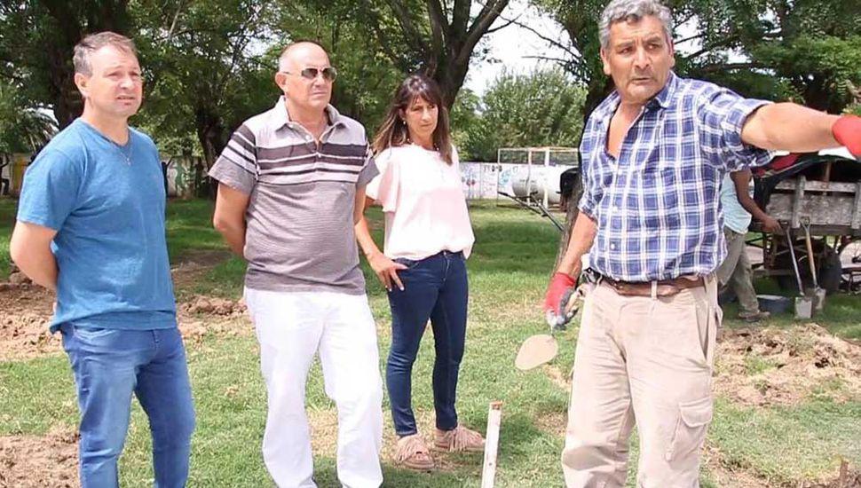 El consejero escolar Gabriel López (izquierda), el intendente Guerrera y la edil Karina Días durante la recorrida.