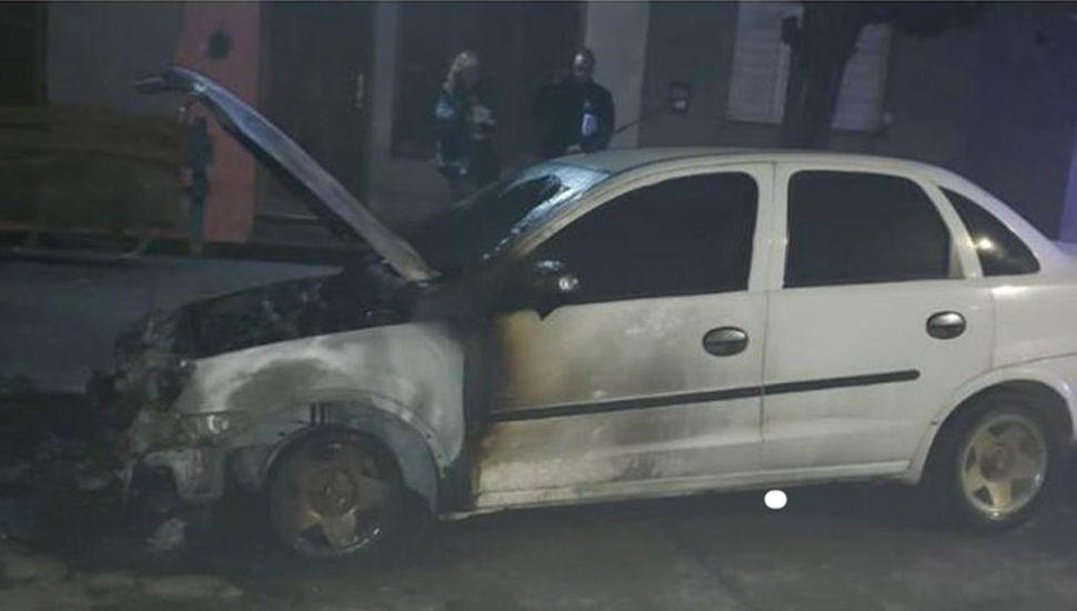 El auto quedó dañado por las llamas.